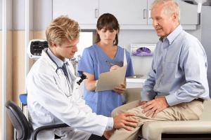 מטופל מבוגר עם כאבי ברכיים